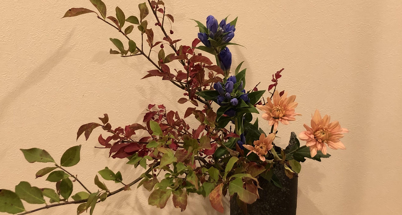 紅葉した枝ものを飾る